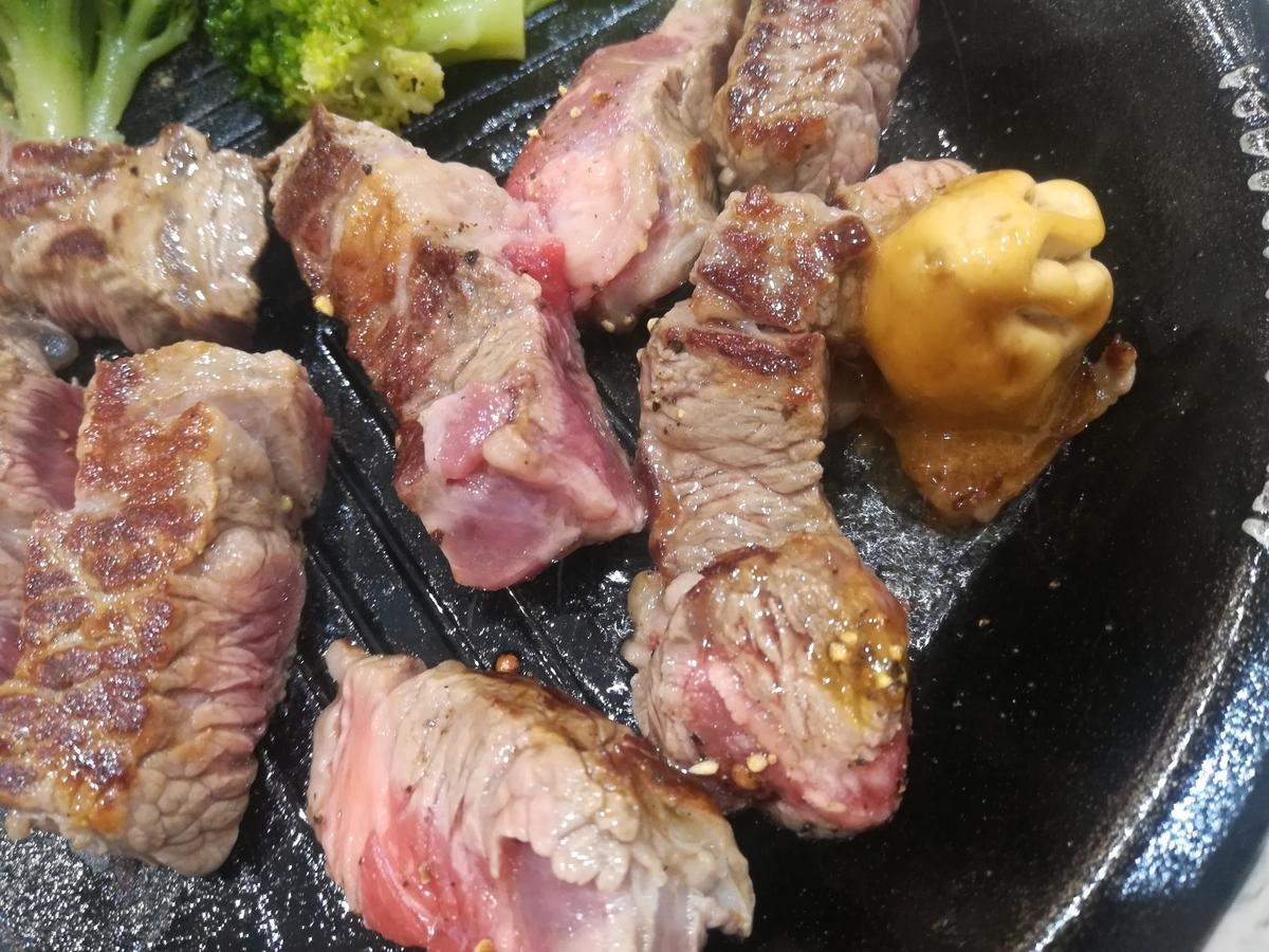肉の側面にも焼き目をつけて肉汁を閉じ込めましょう!