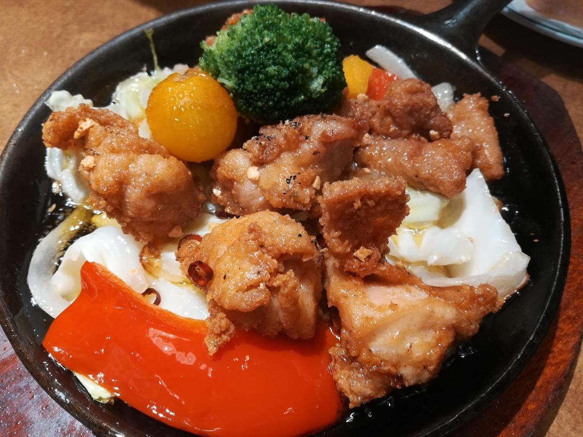 野菜たっぷりチキンのアヒージョはこのボリュームで490円!