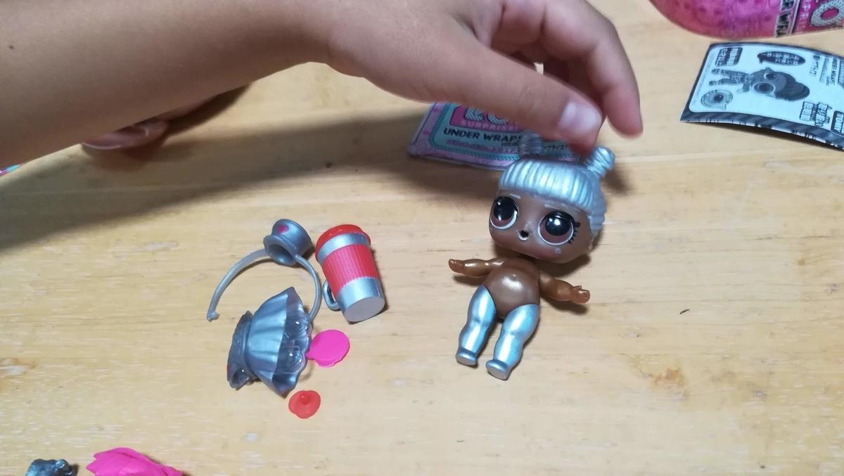 ファンキーな人形が出てきました