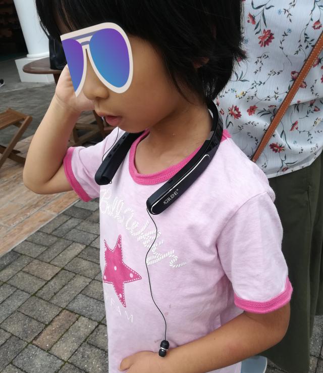 生意気にもネックバンド型イヤホンを使う小学校1年生