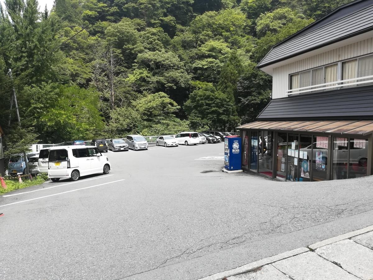 こうしたお店の駐車場が利用できますが、お店も利用してね!