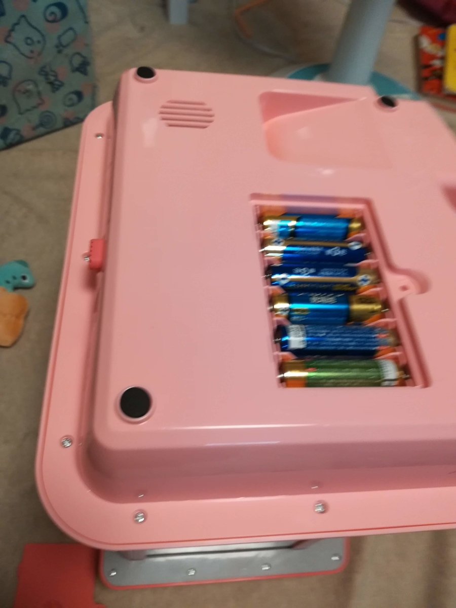 電池は本体の裏から入れます