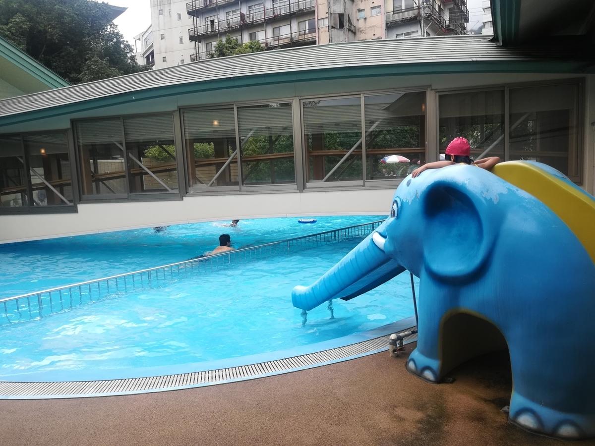 子ども用プールには象さんの滑り台が!滑り台にはちゃんと水も流れています!