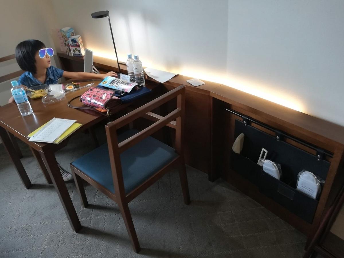 東京ベイ有明ワシントンホテルのスーペリア禁煙ダブルルームはダイニングテーブル付き