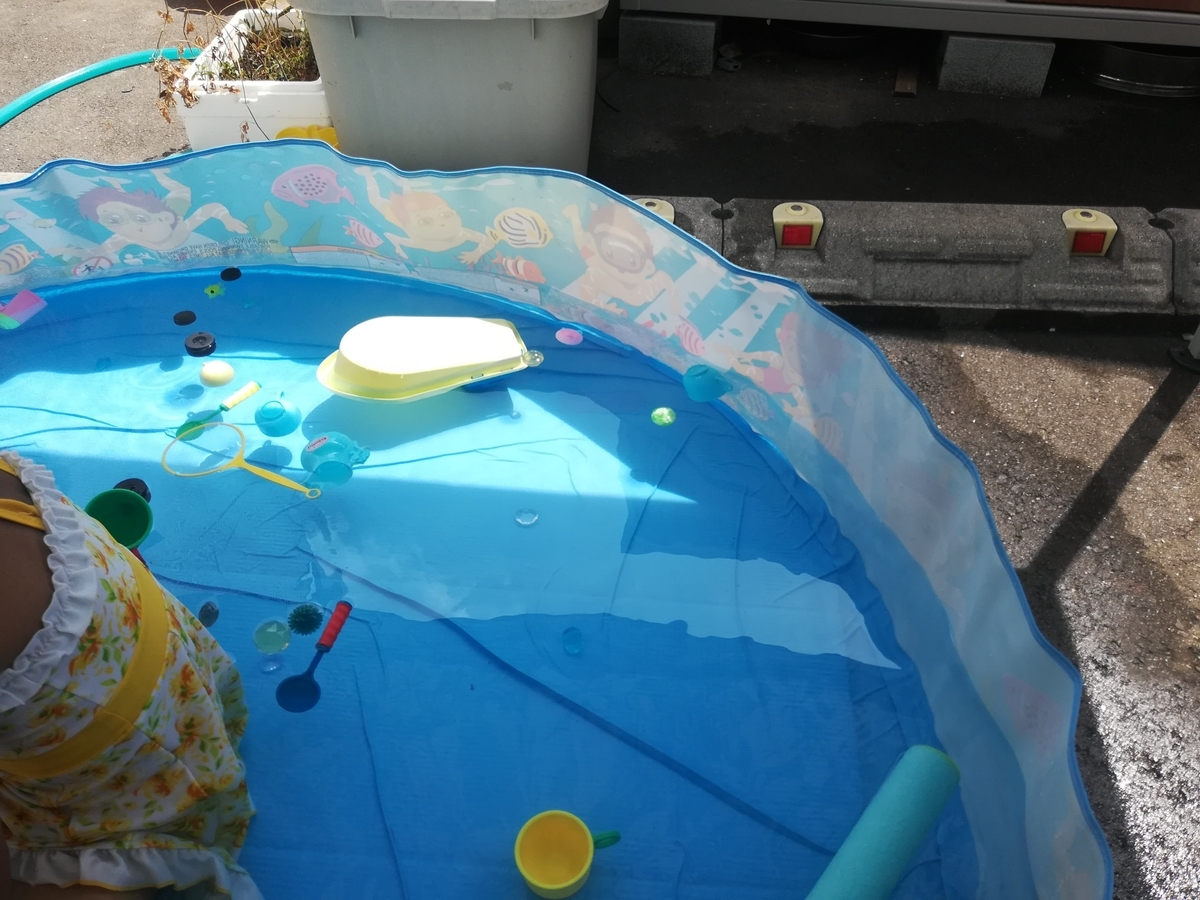 水を入れるだけで水圧で壁が立ち上がりプールになるってわけ