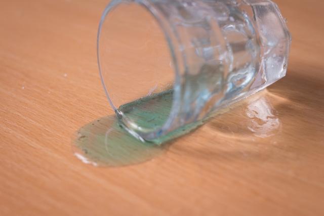 グラスに手を伸ばしたら・・・(写真はイメージ)