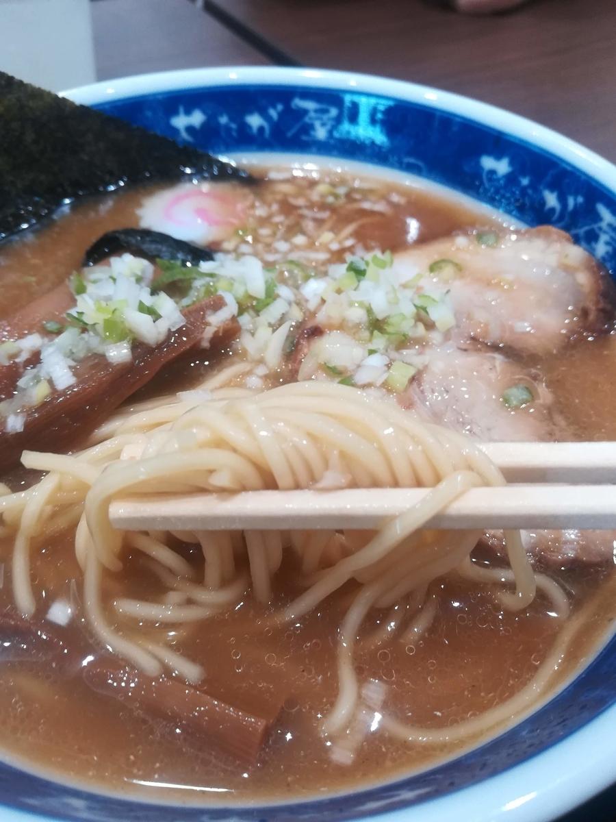 麺は細麺です。濃厚なスープがよくからみます!