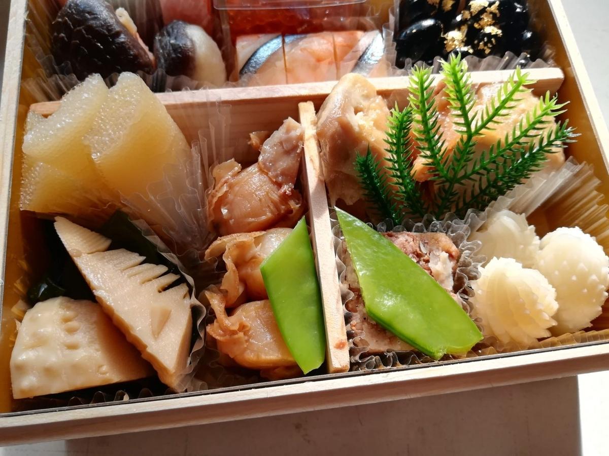 竹の子土佐煮、わかめ、絹さや、帆立貝山椒煮、鶏照焼、牛八幡巻、松笠いか白煮