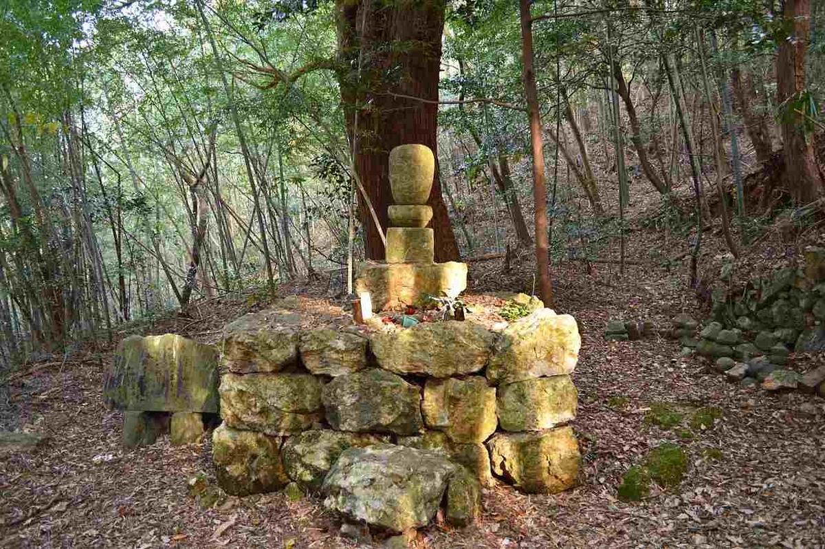 西養寺跡無縫塔 (伝源希義墓塔)