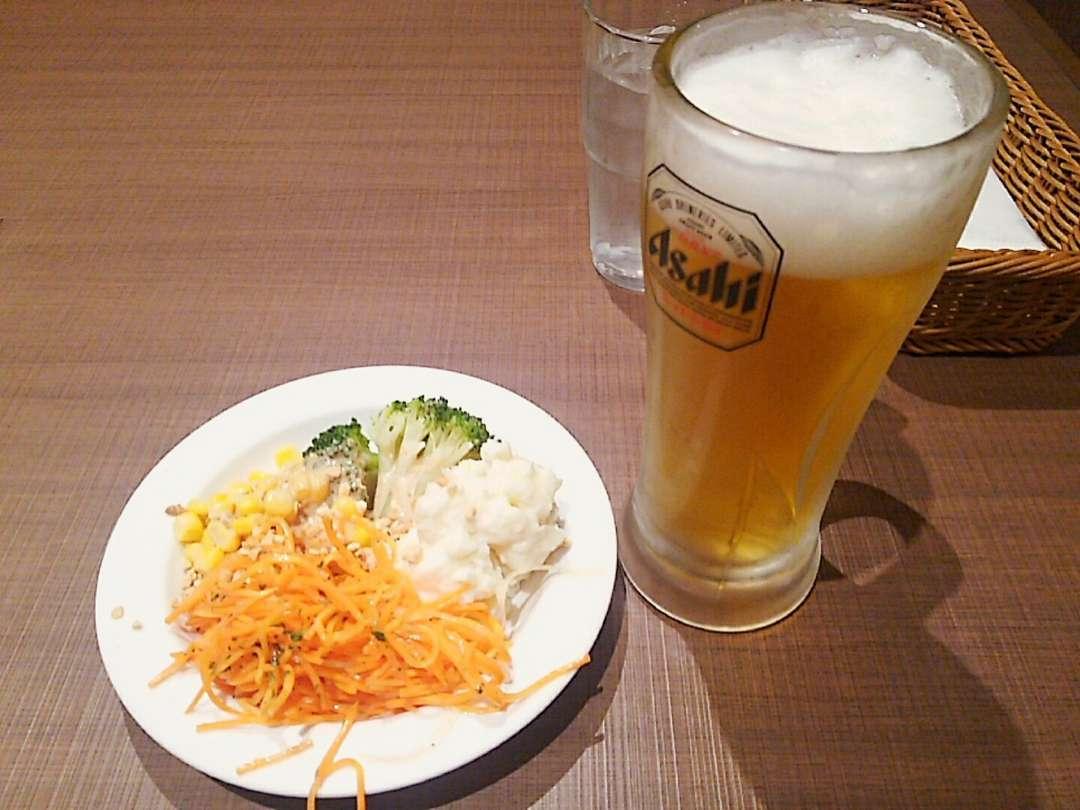 サラダとビール