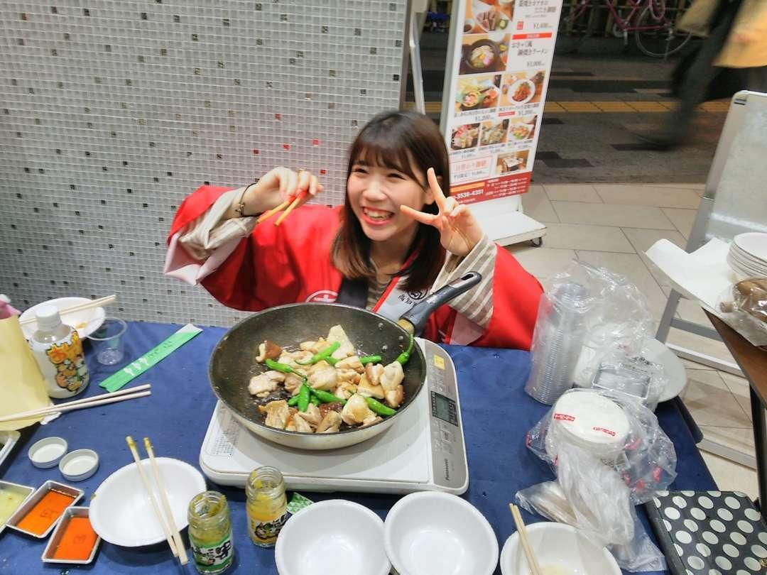 肉を焼く石川彩楓さん
