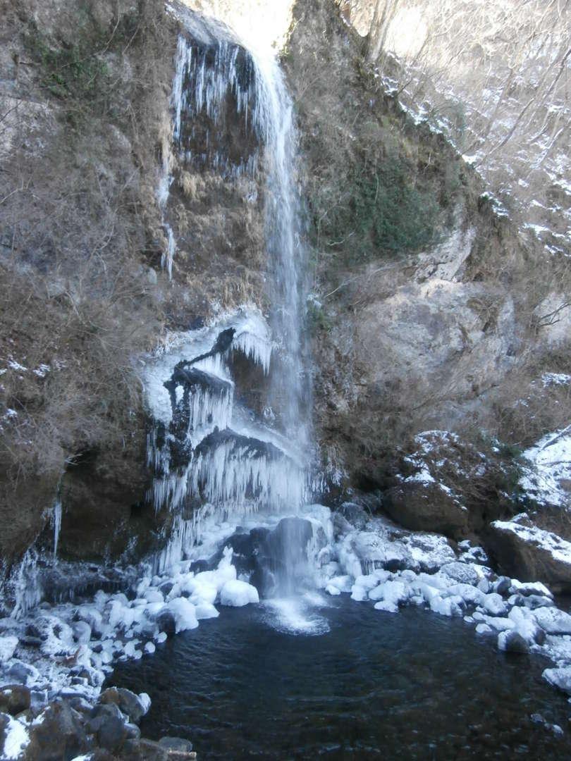 氷柱の下がる滝