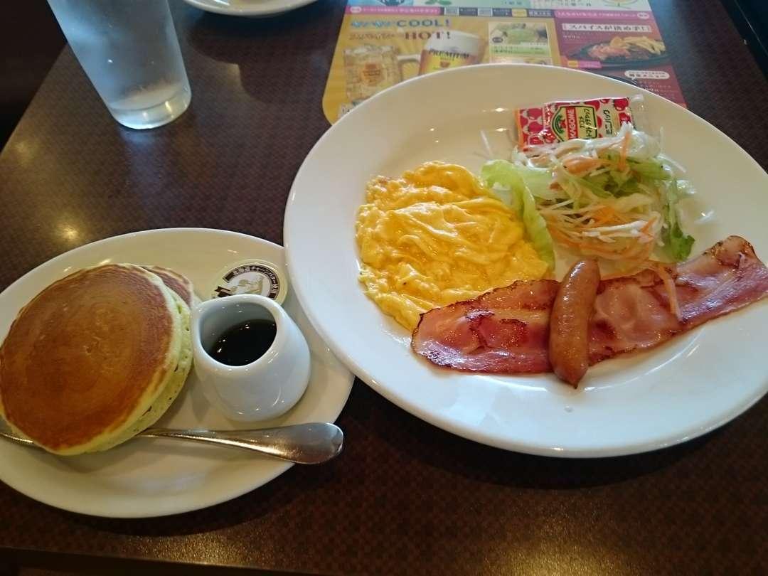 スクランブルエッグとパンケーキ