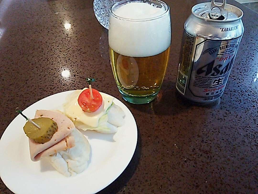 ビールとサンドイッチ