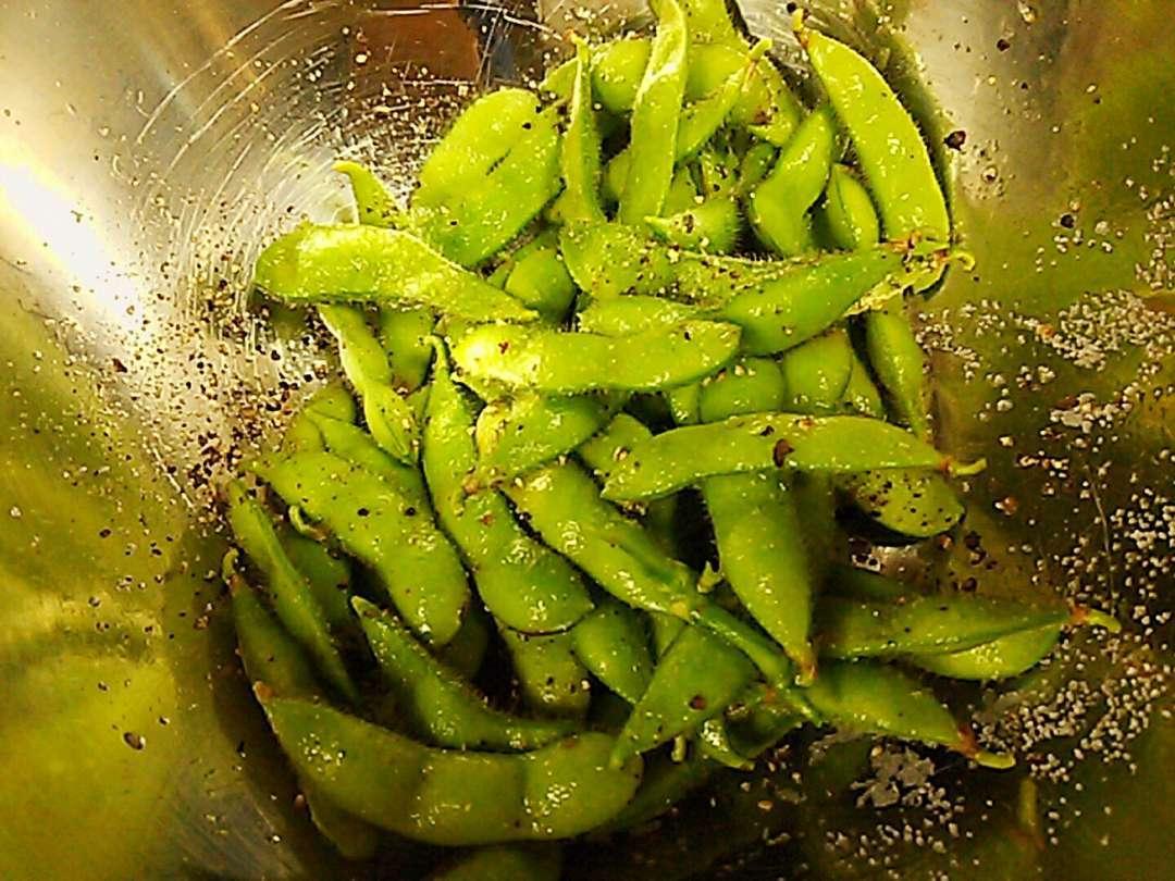 塩胡椒をまぶす