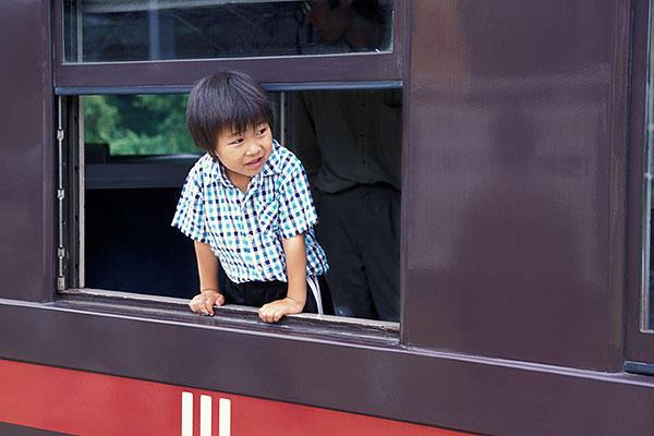 030614旧型客車から顔を出した少年