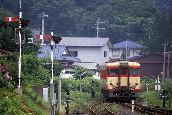 040828陸中八木駅の腕木信号とキハ