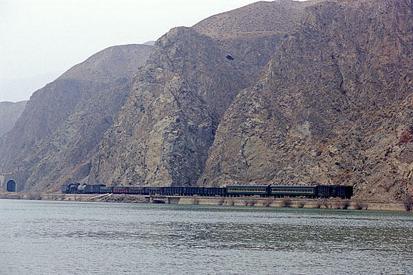 060103黄河沿いの混合列車