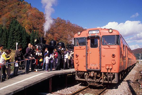 071103只見駅蒸機とタラコ色