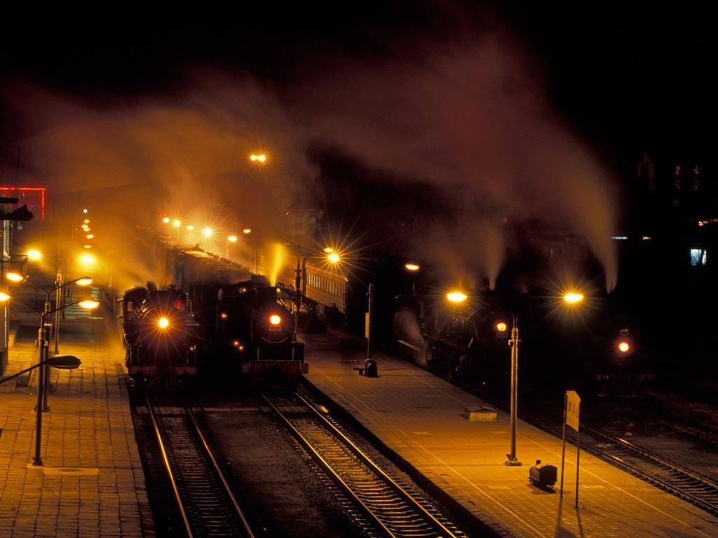 080209夜の調兵山に並ぶ4台の蒸機
