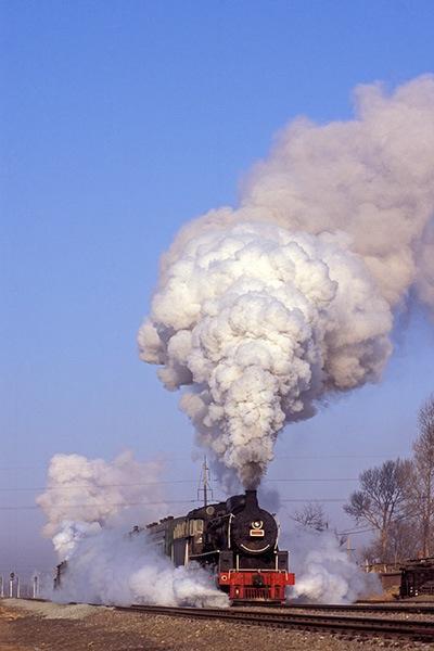 080211前後に昇る鉄法蒸機の煙