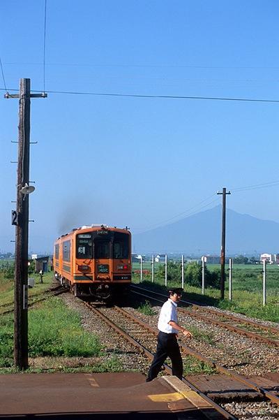 080805金木を出る列車と岩木山