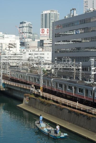 081004 横浜駅に入る電車とゴミ取り船