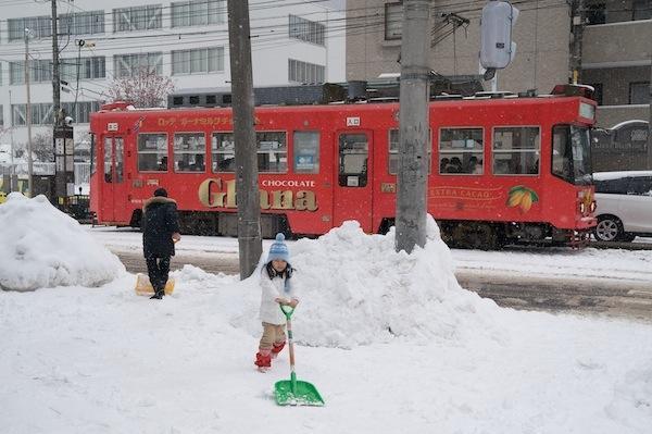 081230 電停近くで雪かき