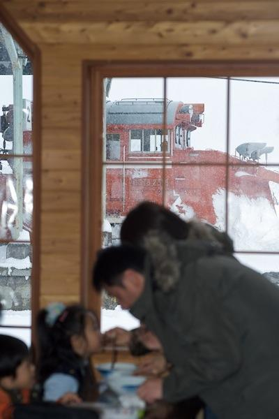 081231 窓の外の除雪車