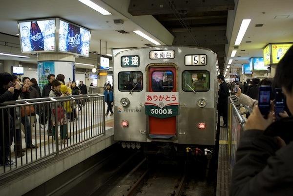 090210 横浜駅で注目を浴びる相鉄5000系