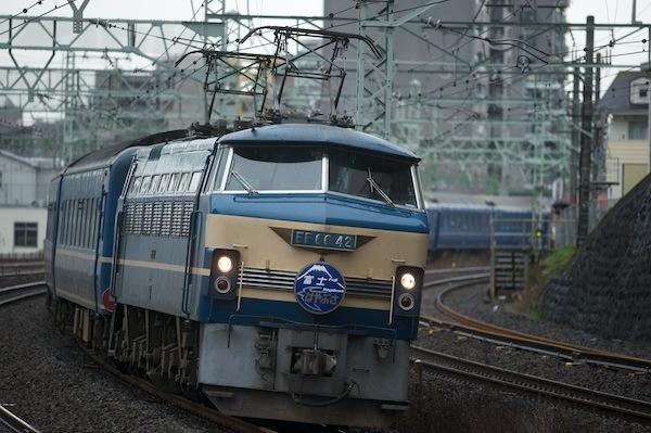 090314 1時間半遅れで新子安を過ぎる9002列車「富士・はやぶさ」