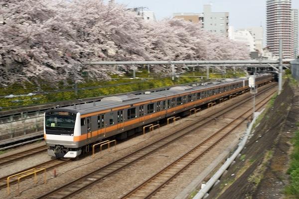 090405 東中野の桜とE233系