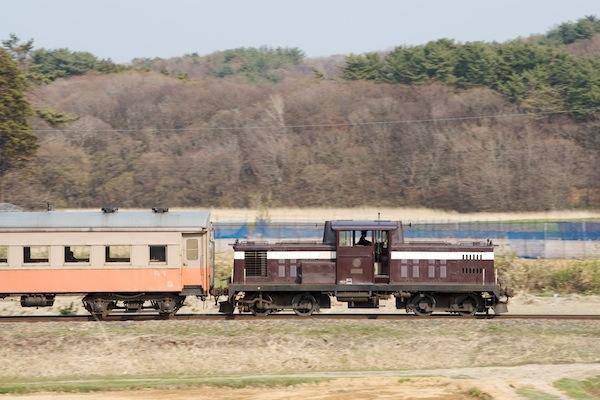 090430 深郷田付近を走るDD35 2