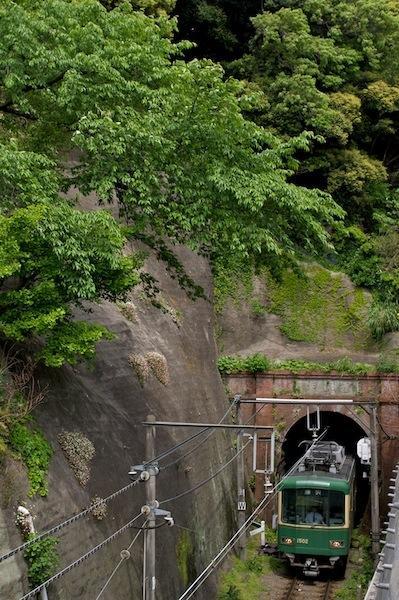 090503 極楽洞を出る江ノ電