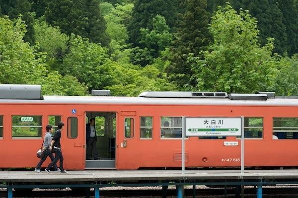 090523 大白川駅停車中のタラコ色