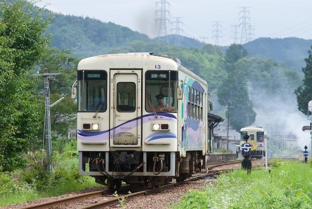 090720 岩村駅で交換するディーゼルカー