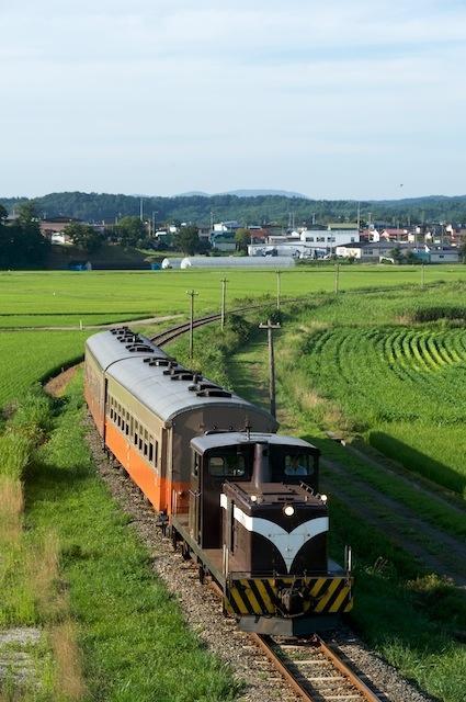 090806 深郷田を出てカーブを抜けるストーブ列車