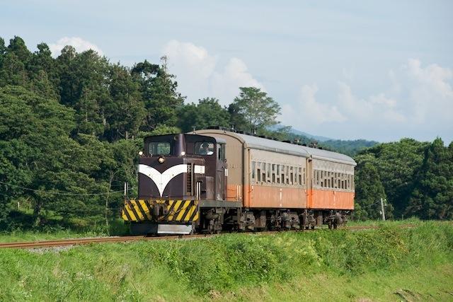 090808 嘉瀬の築堤を走る下りストーブ列車