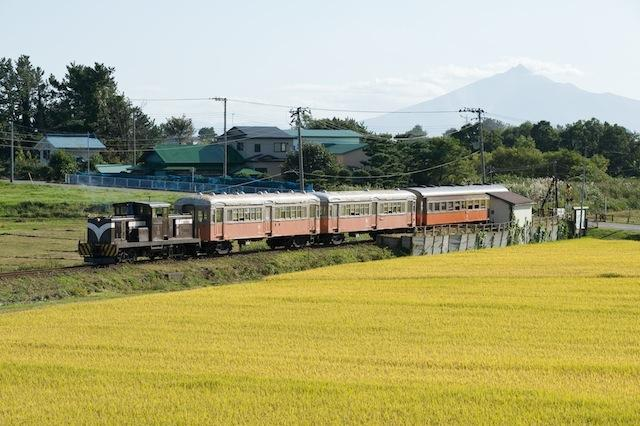 090920 深郷田駅を発車する下り客車列車
