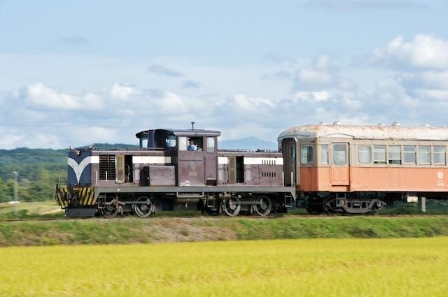 090920 客車を牽くDD352