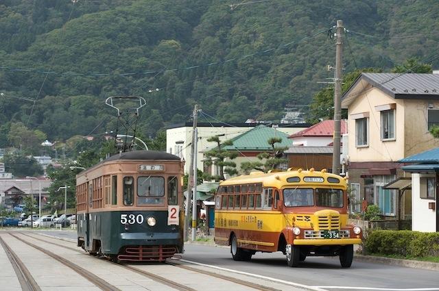 090921 ボンネットバスと並ぶ函館市電530号