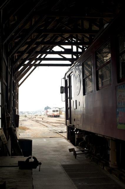 091031 車庫の中から駅を望む