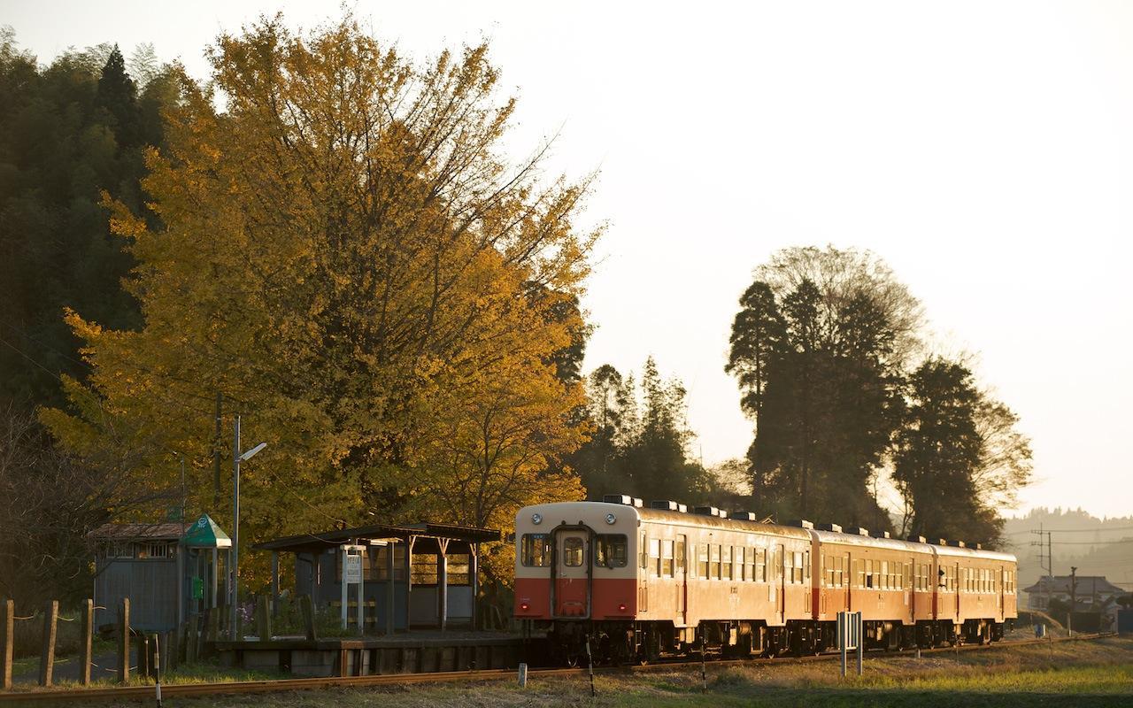 091121 夕景の上総久保駅を出る下り列車