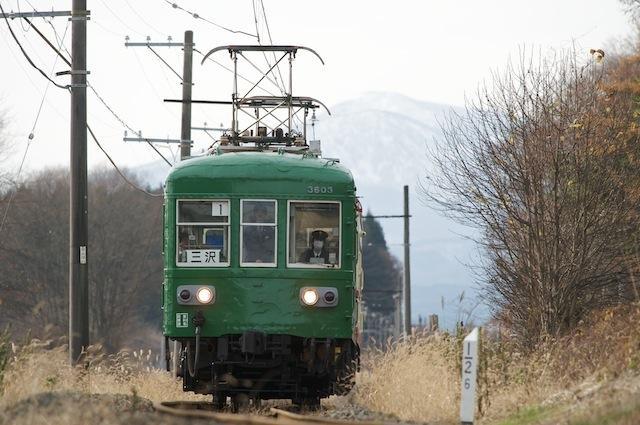 091122 八甲田山を背に走る十鉄臨時列車