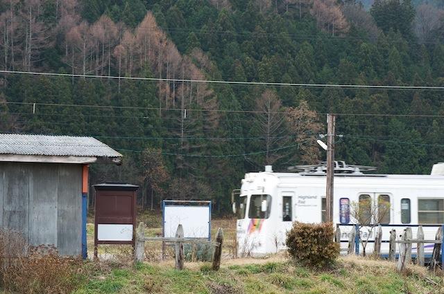 091128 電車が入る渕東駅