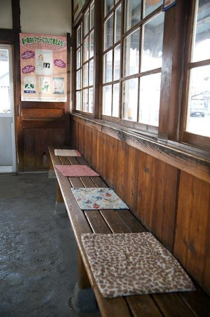 091128 新村駅待合室のベンチ