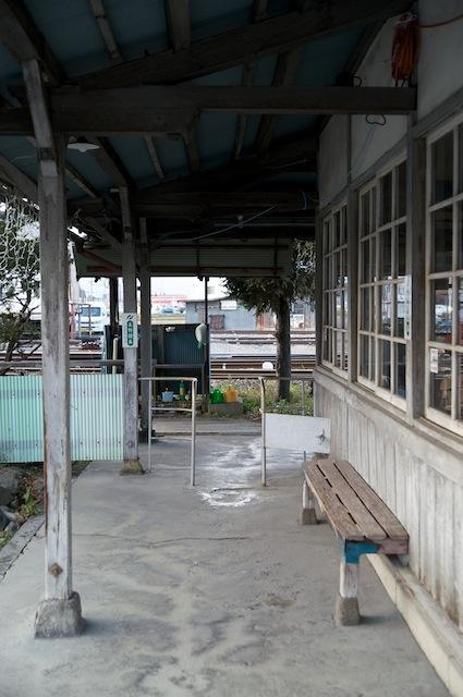 091128 新村駅の軒先