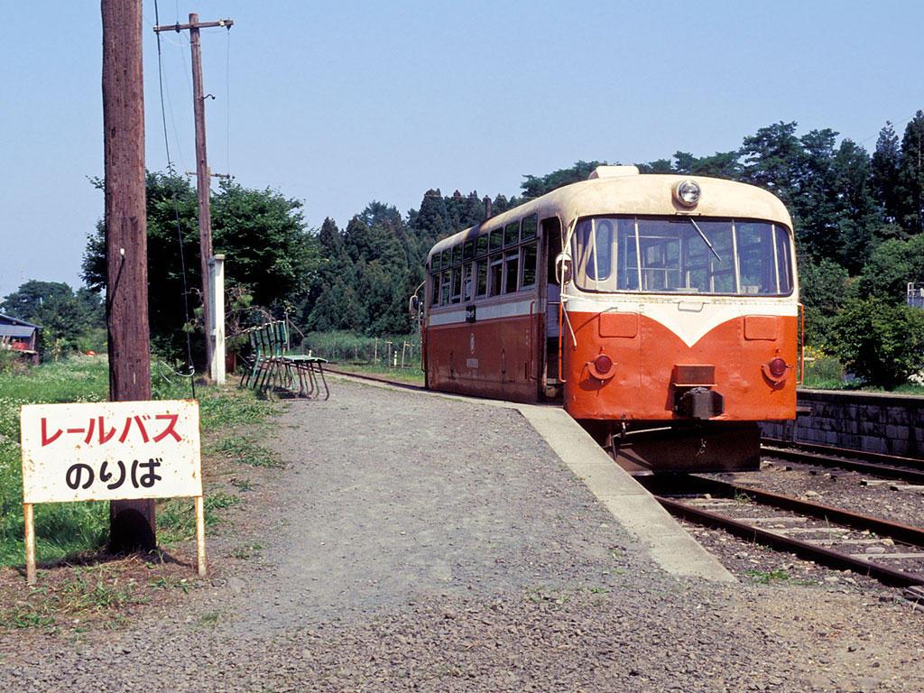910818七戸駅停車中のレールバス