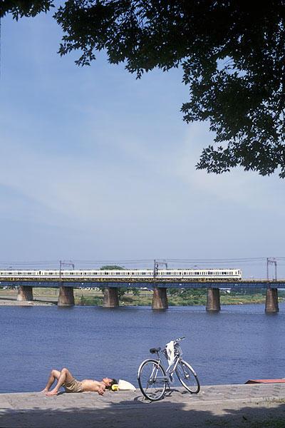 990614小田急多摩川自転車と日光浴