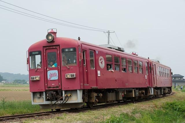 100613 若柳駅手前のカーブを走るKD95二連